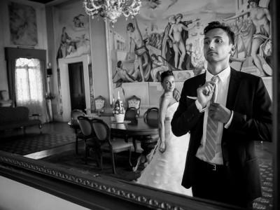 sposo si sistema cravatta allo specchio